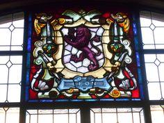 Escudo de Leon ciudad, puesto que no lleva corona. Vidriera del Palacio de los Guzmanes.