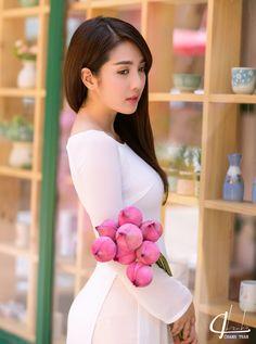 Entertaintment: Hot Girl Linh Napie in white Aodai dress with pink lotus Vietnamese Traditional Dress, Vietnamese Dress, Traditional Dresses, The Most Beautiful Girl, Beautiful Asian Girls, Beautiful Cats, Beautiful Vietnam, Chica Fantasy, Meet Women