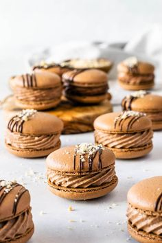 Nutella Macarons (with video) - - Nutella Macarons with a Nutella Buttercream filling, drizzled with melted chocolate and chopped hazelnuts. So delicious! Ganache Macaron, Nutella Macarons, Macaron Filling, Macaron Cookies, Buttercream Filling, Shortbread Cookies, Gourmet Recipes, Sweet Recipes, Cookie Recipes