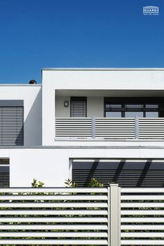 Der kreative Lamellenzaun aus Aluminium. Unser Plissée eignet sich auch hervorragend als Sichtschutz. Er ist auch als Balkonvariante erhältlich und bietet euch schlichtes, aber klares Design zum Bestpreis. Pflegeleichte und langlebige Aluzäune von Guardi. Schaut rein! House Goals, Balcony, Garage Doors, Exterior, Architecture, Outdoor Decor, Design, Home Decor, Fence Ideas