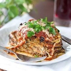 Вкусный рецепт закуски из баклажанов с помидорами и пармезаном хорошо подойдет для семейного ужина.   Ингредиенты:1 средний баклажан1 шарик моцареллы50 г пармезана5-6 средних помидоров1 зубчик че…