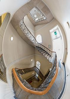 同じサマセットハウス内の別の階段。なんといっても階段の薄さが気になる。しかも柱とかで支えてないし。だいじょうぶなのか? って心配になるほど。