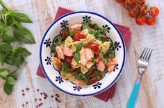 Le farfalle con salmone, rucola e pomodorini sono un primo piatto fresco e colorato, perfetto per i vostri menu estivi!