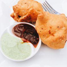 Klasyka kuchni indyjskiej, której nie można nie skosztować! :D Oczywiście mamy na myśli widoczną na zdjęciu przekąskę SAMOSA. :) http://www.namasteindia.pl/ Do wyboru: ❂ SAMOSA (kruche pierożki nadziewane ziemniakami i groszkiem) - cena: 12 zł ❂ MUTTON SAMOSA (kruche pierożki nadziewane baraniną, ziemniakami i zielonym groszkiem) - cena: 18 zł ❂ CHICKEN SAMOSA (kruche pierożki nadziewane kurczakiem, ziemniakami i zielonym groszkiem) - cena: 14 zł Zdjęcie opublikowane na crazy_rat_grrl na…