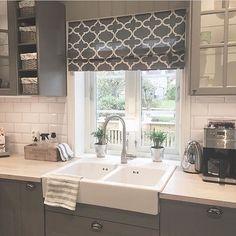 & ochtends koffie ☕️photo # interieur tips # interieurontwerp . Kitchen Family Rooms, Home Decor Kitchen, Country Kitchen, Kitchen Interior, New Kitchen, Kitchen Design, Kitchen Diner Extension, Kitchen Blinds, 1930s House