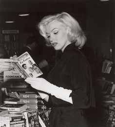 Marilyn Monroe at a Bookstore. Andre De Dienes.
