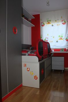 Habitación juvenil con compacto de una cama y dos cajones, armario de dos puertas batientes y escritorio. Dormitorio para niño con combinación de los colores rojo, titanio y nácar.