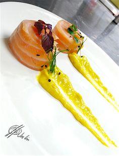 Mi-cuit-de-salmon_lacocinadejoseluis Food Plating Techniques, Guacamole, Fish Recipes, Healthy Recipes, Weird Food, Food Decoration, Sous Vide, Molecular Gastronomy, Aesthetic Food