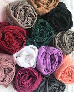 Crinkled hijabs with pearls Rate Hijab Niqab, Mode Hijab, Hijab Outfit, Street Hijab Fashion, Abaya Fashion, Modest Fashion, Hijab Fashion Inspiration, Islamic Fashion, Hijab Tutorial