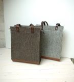 Ruime tas met rits van vilt in klassieke kleurstelling. Warme tinten vilt en leer geven een prachtige rustieke uitstraling. Handgemaakt in Nederland en 100% Dutch Design by Westerman Bags.