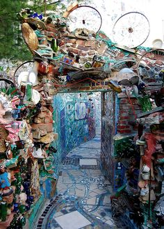 Philadelphia's Magic Gardens and how to explore it! Click for more stunning photos! (photo by Emily Smith)