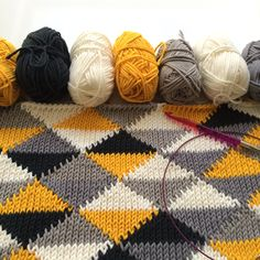 It's made in Tunisian Knitstitch and I'm hoping I'll be able to figure out how to do this once I'm more familier with tunisian crochet. Crochet Afghans, Tunisian Crochet Patterns, Crochet Diy, Tapestry Crochet, Knitting Patterns, Knitting Stitches, Knitting Yarn, Knooking, Big Knit Blanket