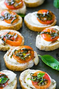 Easy and delicious Caprese Crostini (canapes) from @natashaskitchen #appetizers