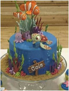 What a cool cake! Love Nemo, Squirt, and Pearl here and the ocean scene is so well done <3