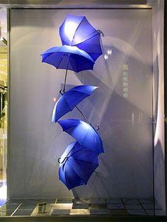 São Paulo, 06 de abril Tempo : nublado ( como eu gosto) Guarda -chuvas nas vitrines                Reprodução Fotos W.G.