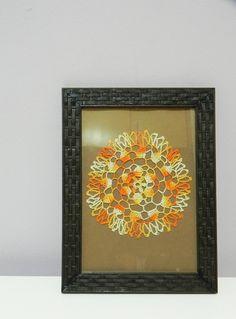 Quadro com moldura na cor marrom Desenho feito totalmente em crochê com linha degrade laranja, amarelo, branco Fundo marrom  Tamanho 16 x 21 cm R$ 65,00