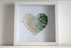 cornice decorata con cuore di vetrini del mare