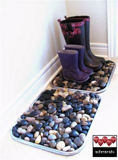 Dica:  Caixote, bandeja com pedras na entrada da casa... Boa ideia para dias de chuva, mantém o ambiente sempre limpo.  Você poderá fazer isso além dos sapatos molhados para o guarda chuva.