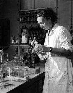 Robert Doisneau. Irène Joliot-Curie à l'Institut du radium  1942