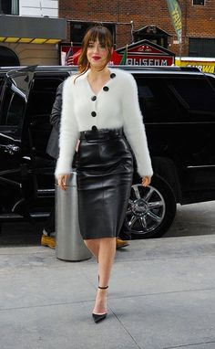 White cashmere sweater black leather pencil skirt and black heels with ankle str Dakota Johnson Stil, Skirt Outfits, Cool Outfits, Black Leather Pencil Skirt, Mode Pop, Leder Outfits, Girl Fashion, Fashion Outfits, Style Fashion