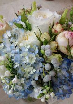 Ramo de hortensias blue, con Rosa Austin y Brunia gris. Encuentralo en www.pettyperezmanglano.com