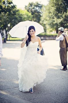 Loving this Bride's umbrella idea! Photo by Anna B. #MinnesotaWeddingPhotographer #BridalStyle