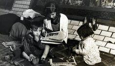 Spain - 1936-39. - GC - Tres niños en una estación de metro utilizada como refugio