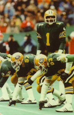 Warren Moon's Edmonton Eskimos played in six straight Grey Cups, from only team to date in CFL history to do so. Moon started five of those Grey Cups, was as a starter and was in the CFL playoffs. He alternated with Tom Wilkinson in four Grey Cups games. Football Gif, Football Helmets, Football Stuff, Canadian Football League, National Football League, Warren Moon, Philadelphia Eagles Super Bowl, Grey Cup, Houston Oilers