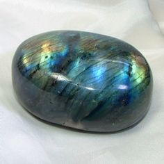 Labradorite is a power stone, allowing you to see through illusions and determine the actual form of your dreams and goals. It is excellent for strengthening intuitions. Use labradorite to: Stimulate imagination Develop enthusiasm and thus, new ide Minerals And Gemstones, Rocks And Minerals, Healing Stones, Crystal Healing, Labradorite, Mineral Stone, Rocks And Gems, Stones And Crystals, Gem Stones