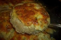 Leckere Hackfleisch-Nester mit Käse, die ihr lieben werdet. Nur noch die richtige Beilage dazu auswählen und fürs Mittagessen ist gesorgt. Man kann Rind-, Schweine- oder Hähnchen-Hackfleisch verwenden.