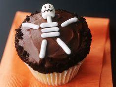 Skeleton Cupcake for Halloween Halloween Cupcakes, Halloween Skeletons, Halloween Fun, Cupcake Images, Cupcake Ideas, Yummy Cupcakes, Cupcake Party, Holiday Fun, Holiday Ideas