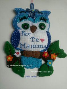 """Gufo su ramo in pannolenci con rifiniture di perline e fiori colorati e tela aida con ricamo e scritta """"Per Te Mamma"""""""