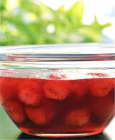 Denne opskrift på mormors jordbærgrød stammer fra Bogen om jordbær, skrevet af  Hun beskriver, hvordan…