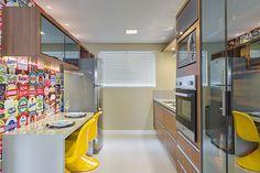 Vista geral da cozinha, que tem apenas 9m². O piso é Porcelanato Elizabeth, bianco polido, 62x62 cm e a parede recebe a tinta da Marca Suvinil, cristal de pirita, acrílico fosco. Projeto do Traço Final Arquitetura e Interiores.