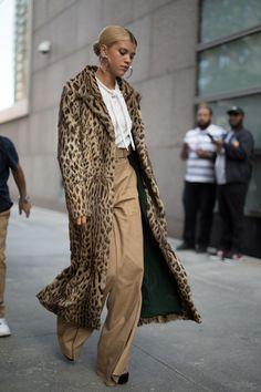 Street Style : The 30 best street-style moments from New York Fashion Week Idée et inspiration street style tendance 2017 Image Description The 30 best street-style moments from New York Fashion Week street style, chic, leopard coat, sweatshirt, - Sw Moda Australiana, Look Fashion, Womens Fashion, Fall Fashion, Latest Fashion, Fashion Outfits, Stylish Outfits, Trendy Fashion, Tokyo Fashion