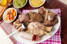 Il Bollito misto di carne è un piatto unico e sostanzioso appartenente alla tradizione Piemontese anche se amato in tutta Italia. Abbinato a un ottimo vino e con la giusta scelta di carni, è sicuramente un piatto con il quale stupire i vostri convitati.    Preparazione  Partiamo col preparare