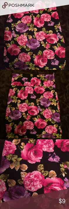 Floral bodycon skirt Gently used floral bodycon skirt. Stretchy fabric. Will fit medium even maybe a large Forever 21 Skirts