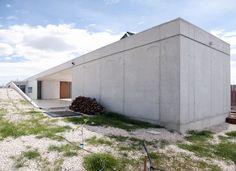 Image 3 of 18 from gallery of Casa En Los Conejos II / La Mirateca. Photograph by Patricia Forcen Scheu Garage Doors, Gallery, Outdoor Decor, Home Decor, Rabbits, Houses, Fotografia, Roof Rack, Interior Design