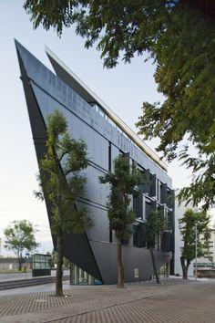 건축을 정의하는 주요한 모티브는 주변환경의 긴밀한 관계 속에서 생성되며, 그 다양한 요구조건을 성공적으로 수행했을때 비로소 건축은 자신의 할당량을 채우고 주변환경 속으로 사라진다. 독창적인 건축물 외형은 혼잡한 두거리가 만나는 삼각형 대지의 특성으로 부터 기인한다. 그리고 이러한 제한적인 조건은 건축을 구축하는 당위성을 전달하며 장식적인, 자의적인 해석이 아닌 배의 선두와 같은 쇄기형태의 아이텐티한..