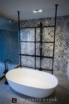 Bekijk de foto van Anton met als titel (De Eerste Kamer) Strak vrijstaand bad van JEE-O met daarachter de luxe douchewand en designradiator ineen van DEK-design. en andere inspirerende plaatjes op Welke.nl.