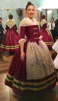 """Vanessa Barrios Fernández Corte de Amor de La regina del Jocs Florals lució un damasco de seda """"MORAIRA"""" en fondo marsala, un traje confeccionado por 1700"""