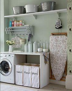 Lindo cuarto de lavandería y planchado