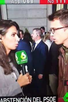 El beso de Pablo Iglesias a Íñigo Errejón en pleno directo