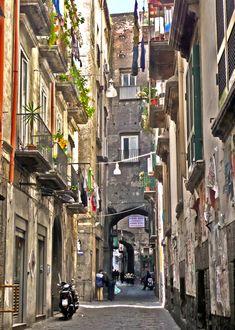 Napoli, Centro Storico vicoli. #ilovenapoli Historical Monuments, Old Street, Naples Italy, Southern Europe, Lake Como, Cute Images, Verona, Old Houses, Touring
