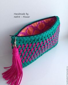 Handmade T-Shirt Bag Crochet This Pin was discovered by Sab How to a baby for beginners - Salvabrani Discover thousands of images about charming crochet clutch - this is just the cutest little purse! a knit and crochet community Crochet Clutch Bags, Crochet Handbags, Crochet Purses, Crochet Bags, Crochet Video, Crochet Diy, Love Crochet, Beautiful Crochet, Bracelet Crochet