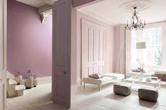 """O que acham dessa sala lilás? """"Ela traz tonalidades neutras e naturais, florais e matizes douradas e bronzes, que combinam perfeitamente entre si"""" e que serão tendência em 2013."""