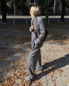 Осень-зима 2020-21 - образы с блейзером от топовых блогеров Photo - Stephanie Broek. #блейзер #тренды2021 #трендызима20202021 #образысблейзром #блейзер2021 #осеннийгардероб #зима2021 #образызима2021 #образынаосень #образыназиму Autumn Inspiration, Style Inspiration, Home Online Shopping, Casual Chic, Amazing Women, Raincoat, Autumn Fashion, Vogue, Street Style
