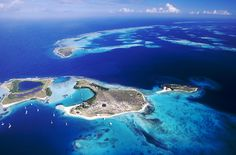 128 km North of the coast of Venezuela, or 40 min flight from Caracas, the Los Roques with its impressive coral reefs is paradise for scuba divers, windsurfers, sailors. The blue green colored sea in Los Roques boasts with turtles, dolphins, sting-rays, angel fish, spot fin butterfly fish, dolphins and other species. In the eyes of sport fishermen, the archipelago has gradually earned itself an international reputation for the quality of its bonefishing.