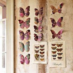 Papillons découpés dans du papier peint fleuri et fixés au mur avec des épingles