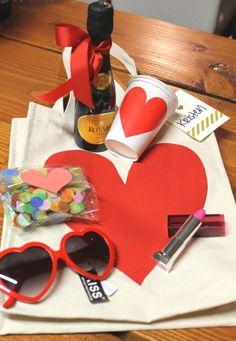 How to Make a Bachelorette Party Survival Kit Bachelorette Gift Bags, Bachelorette Party Planning, Bachelorette Party Gifts, Hen Party Favours, Hen Party Bags, Party Gift Bags, Wedding Favors, Hen Night Ideas, Hen Ideas
